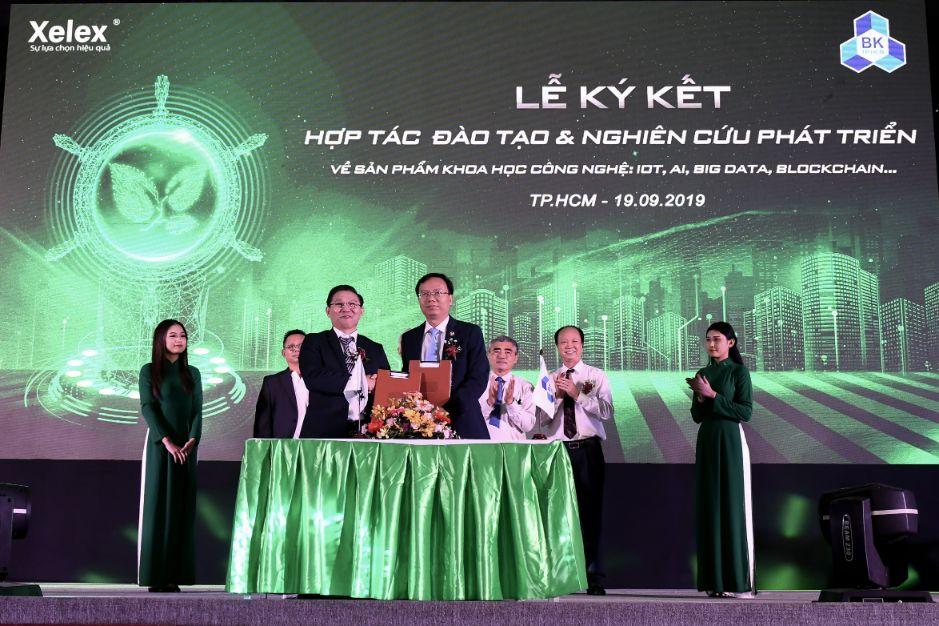 Ông Nguyễn Ái Hữu CT HĐQT Công ty CP Xelex (bên trái)  ký kết với các đơn vị.